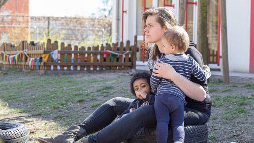 INA.KINDER.GARTEN Brüsseler Straße, Erzieherin mit Kindern im Garten
