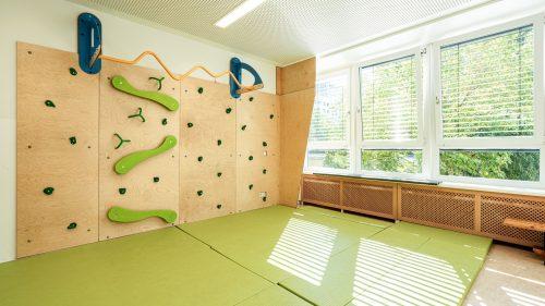 INA.KINDER.GARTEN Prenzlauer Berg, Sportraum mit Kletterwand