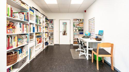 INA.KINDER.GARTEN Rosenheimer Straße, Büro mit Bücherregalen